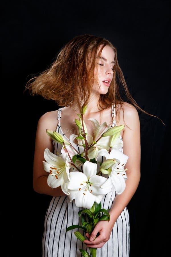 Девушка модели красоты моды с волосами цветков Совершенные естественные составляют и прическа стоковые фото