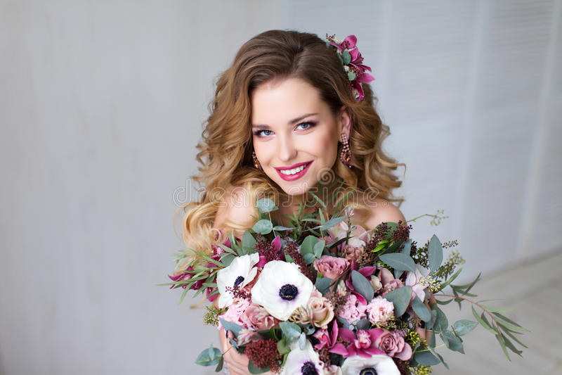 Девушка модели красоты моды с волосами цветков стоковое изображение rf