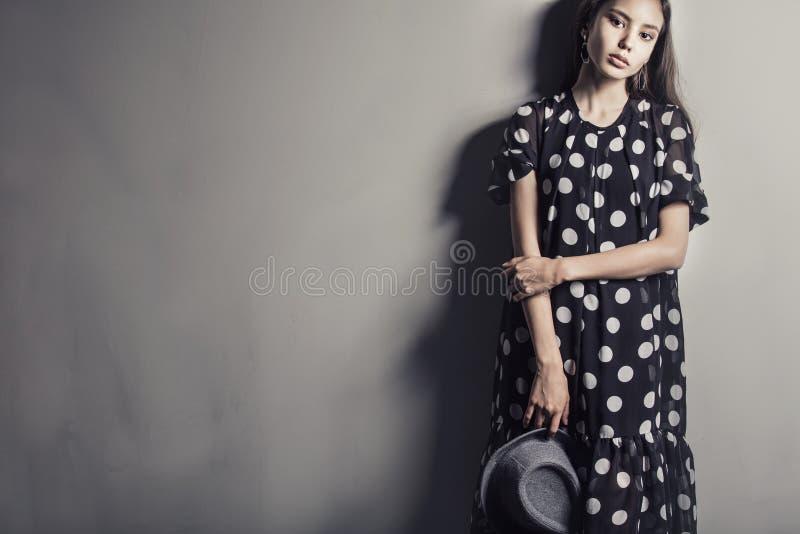 Девушка молодой красивой девушки фотомодели азиатская с шляпой стоковая фотография rf