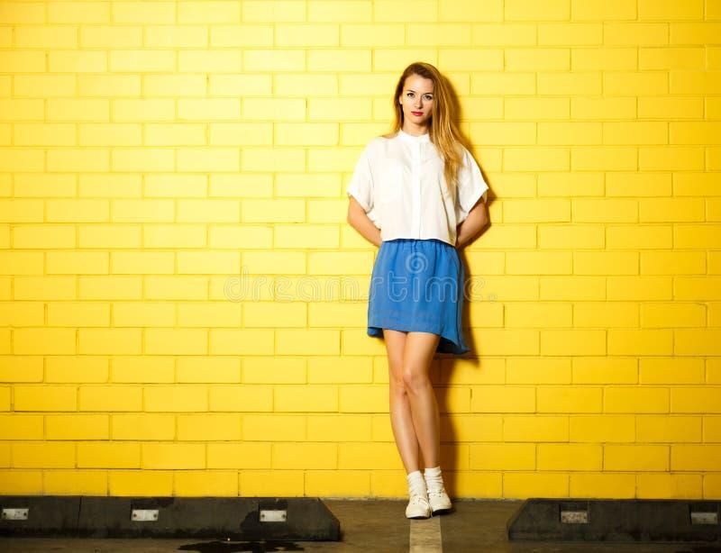 Девушка моды битника на желтой стене стоковые фотографии rf