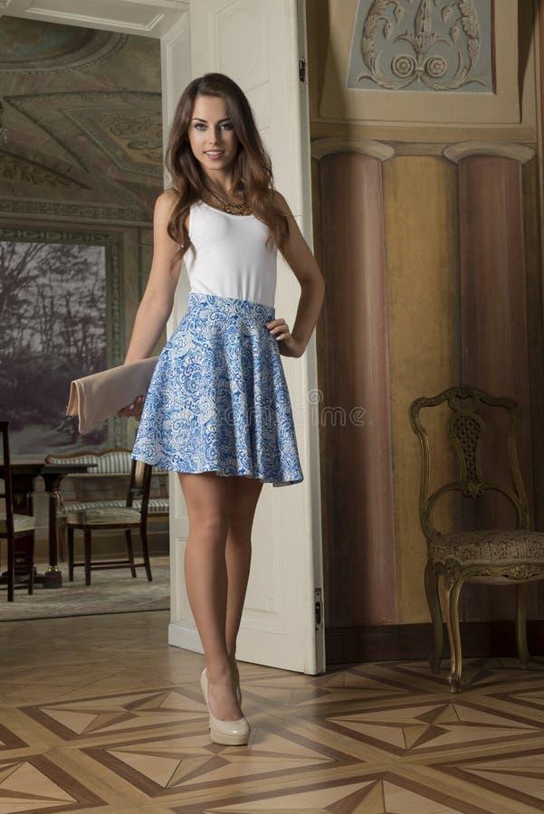 Девушка моды в великородном интерьере стоковые изображения rf