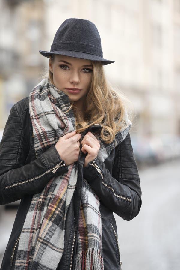 Девушка моды в городском стиле стоковое изображение rf