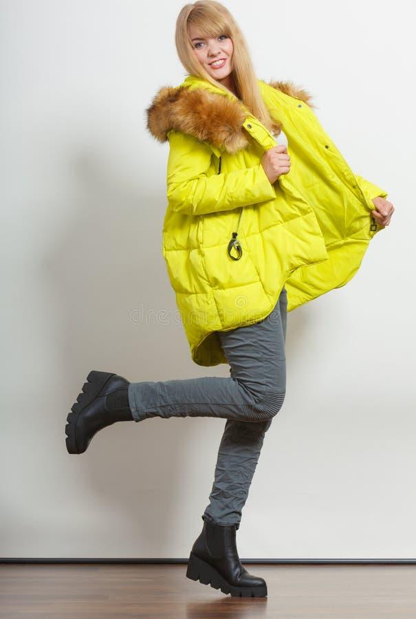 Девушка моды в куртке стоковые изображения