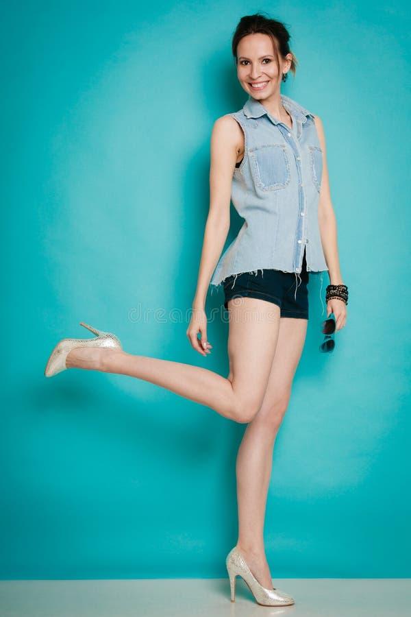 Девушка моды лета в шортах рубашки джинсов и высоких пятках стоковые изображения rf