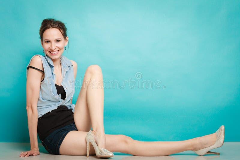 Девушка моды лета в шортах рубашки джинсов и высоких пятках стоковые изображения