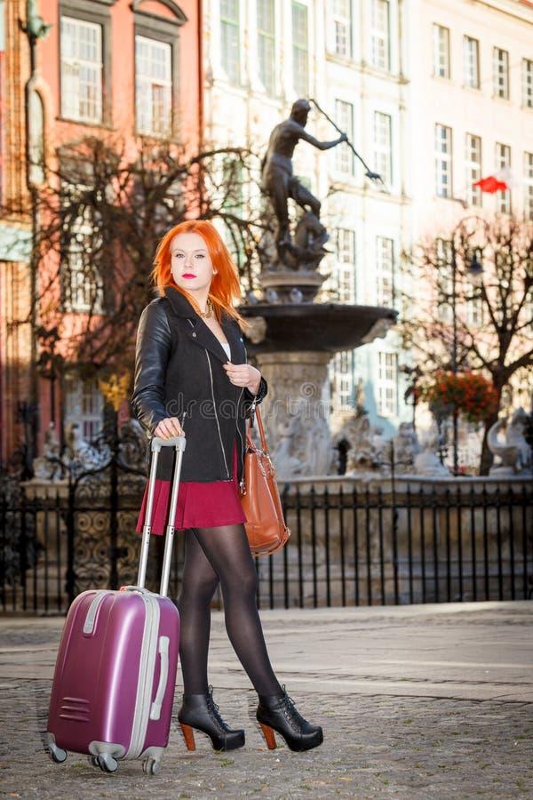 Девушка моды женщины с сумкой чемодана внешней стоковые фотографии rf