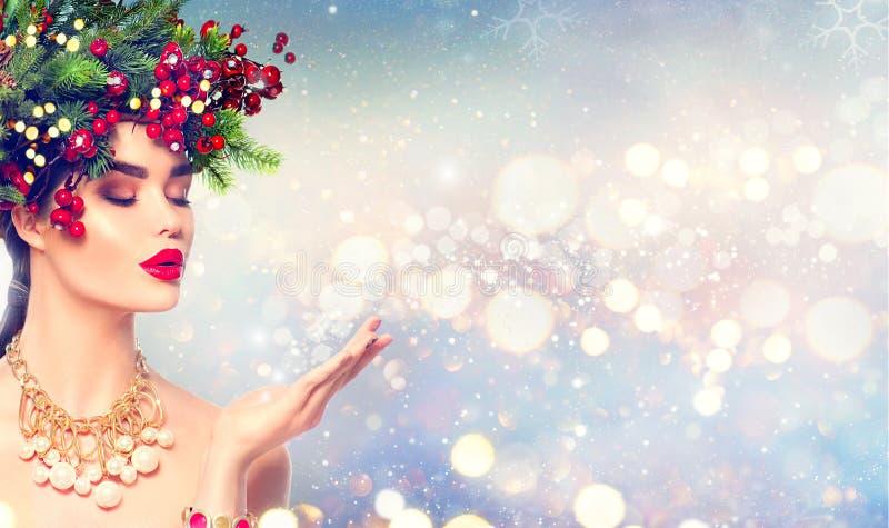Девушка моды зимы рождества с волшебным снегом в ее руке стоковое изображение rf