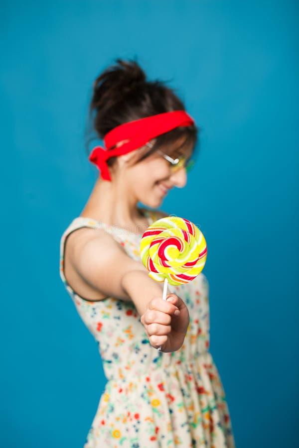 Девушка моды красочного портрета молодая сексуальная смешная представляя на сини стоковая фотография