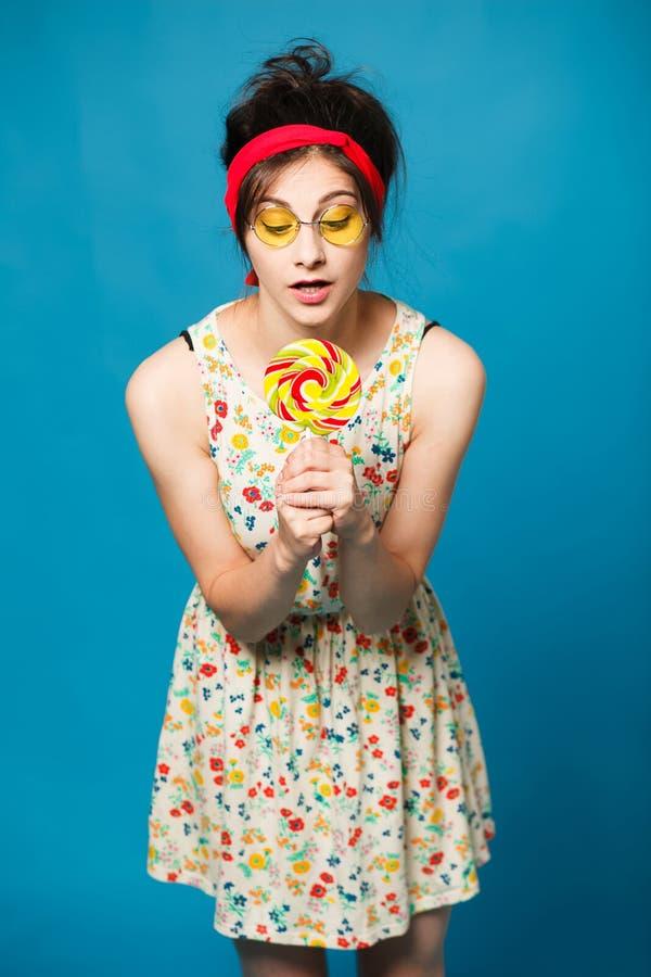 Девушка моды красочного портрета молодая сексуальная смешная представляя на сини стоковое фото rf