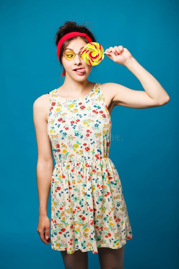 Девушка моды красочного портрета молодая сексуальная смешная представляя на сини стоковые изображения rf
