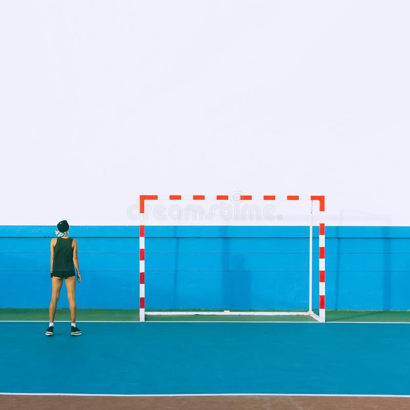 Девушка моды на футбольном поле Минимальный стиль стоковые фотографии rf