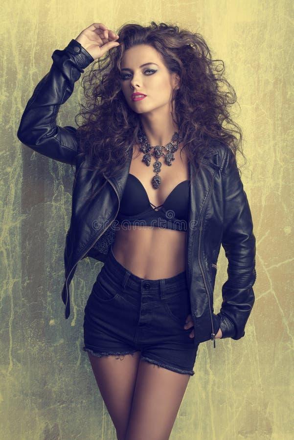 Девушка моды с темным стилем утеса стоковое изображение rf