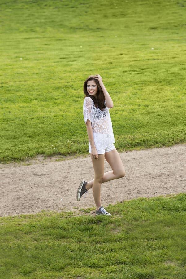 Девушка моды усмехаясь в вскользь платье стоковые изображения
