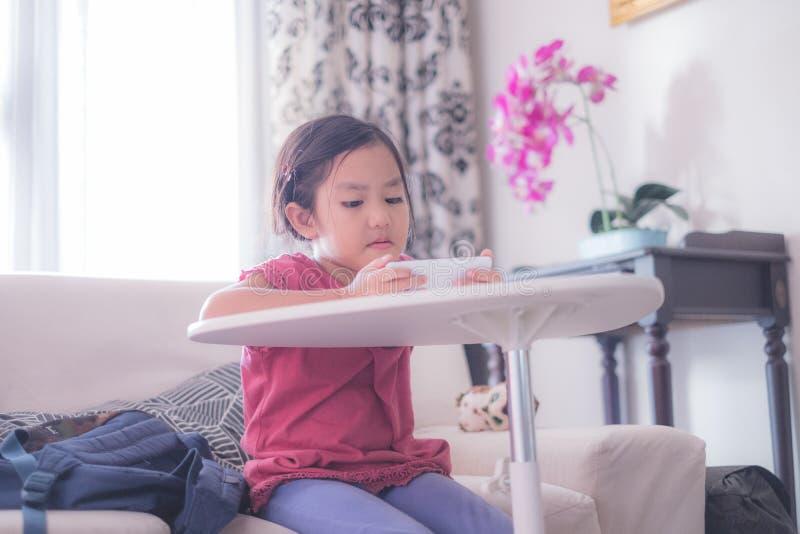 Девушка наблюдая онлайн видео на мобильном телефоне стоковое фото rf