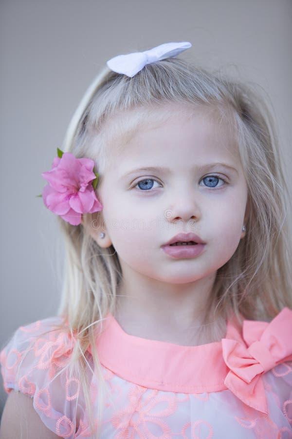 Девушка наблюданная синью серьезная стоковое изображение