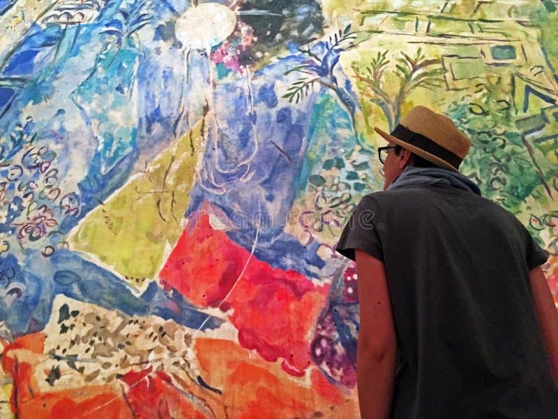 Девушка наблюдая картину Chagall на культурном центре Belem стоковое фото rf