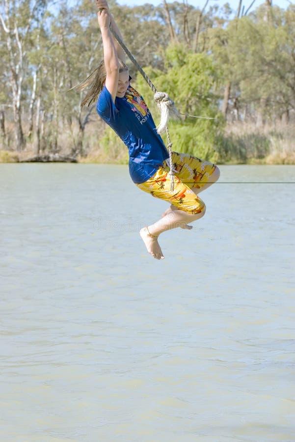 девушка над отбрасывать реки стоковое изображение rf