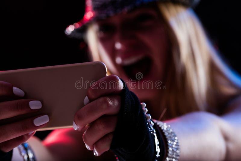 Девушка наслаждаясь музыкой онлайн по мере того как она была там стоковое фото