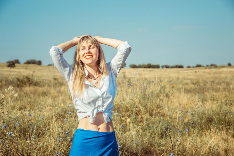 Девушка наслаждаясь солнцем и жизнью лета Жизнь концепции хороша стоковое изображение rf
