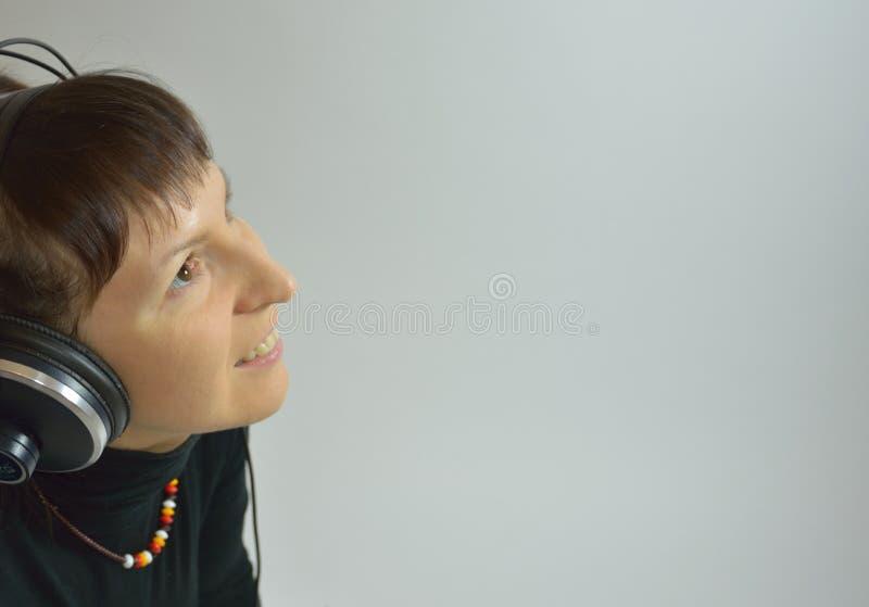 Девушка, наушники, поя песню или слушая к m стоковое изображение