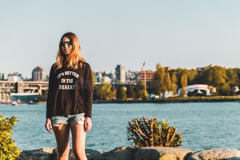 Девушка на английском пляже залива в Ванкувере, ДО РОЖДЕСТВА ХРИСТОВА, Канада стоковые изображения