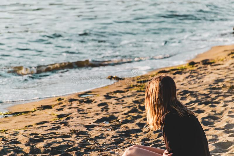 Девушка на английском пляже залива в Ванкувере, ДО РОЖДЕСТВА ХРИСТОВА, Канада стоковая фотография rf