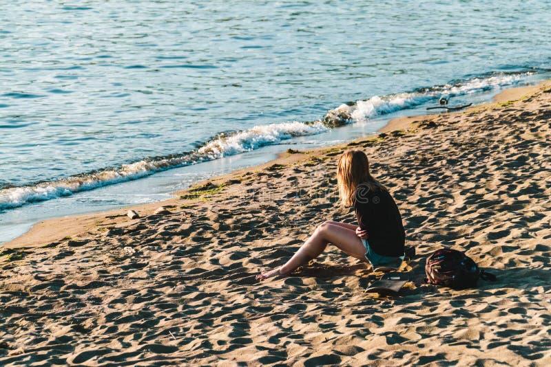 Девушка на английском пляже залива в Ванкувере, ДО РОЖДЕСТВА ХРИСТОВА, Канада стоковое изображение