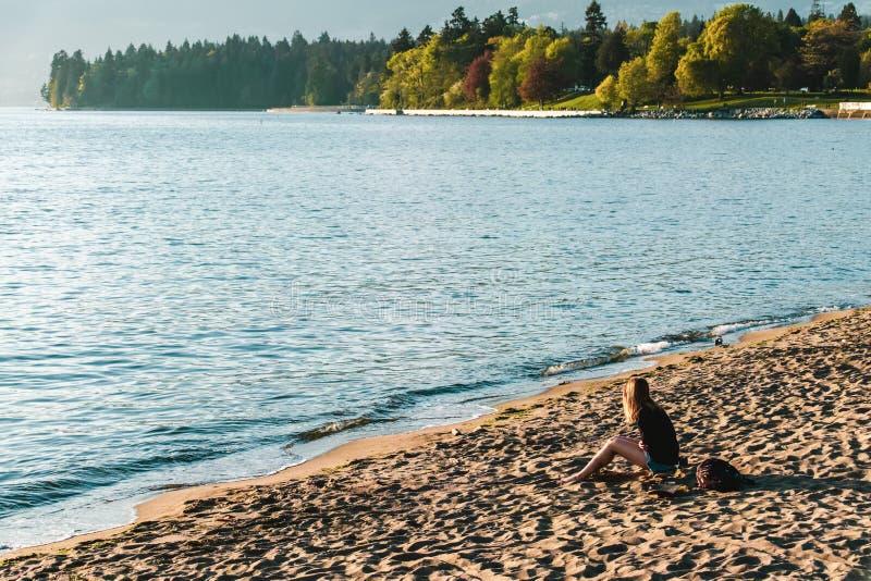 Девушка на английском пляже залива в Ванкувере, ДО РОЖДЕСТВА ХРИСТОВА, Канада стоковое фото rf