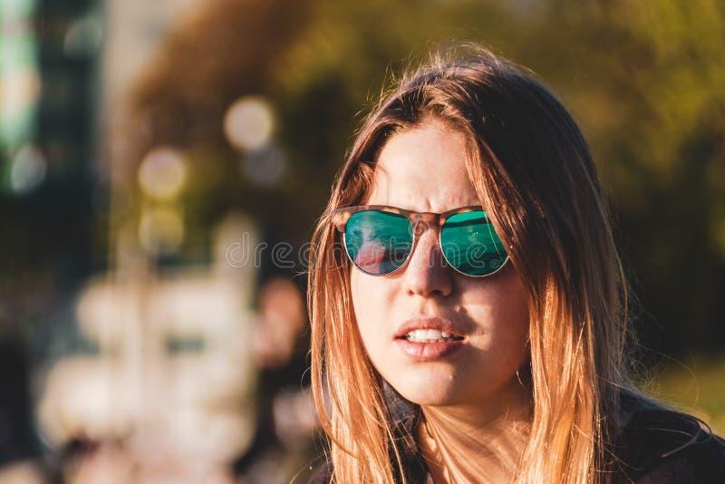 Девушка на английском пляже залива в Ванкувере, ДО РОЖДЕСТВА ХРИСТОВА, Канада стоковые фотографии rf