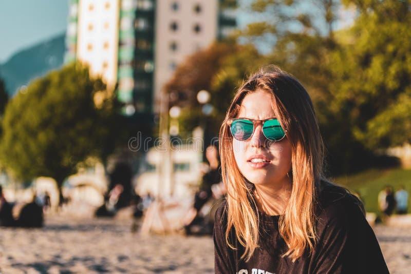 Девушка на английском пляже залива в Ванкувере, ДО РОЖДЕСТВА ХРИСТОВА, Канада стоковое фото
