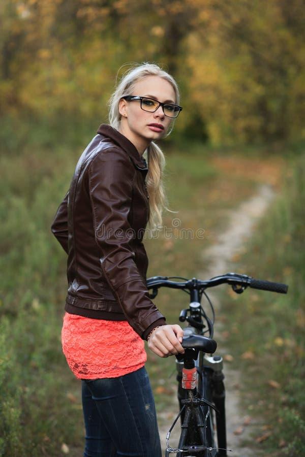 Девушка на велосипеде в пуще стоковое изображение