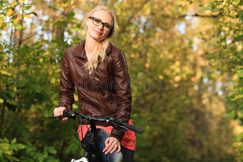 Девушка на велосипеде в пуще стоковые изображения rf