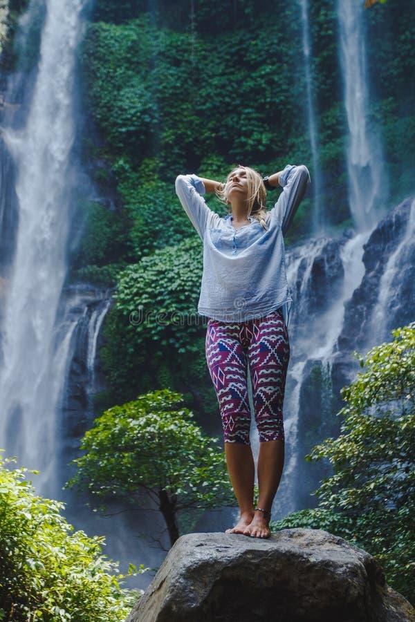 Девушка на водопаде стоковая фотография rf