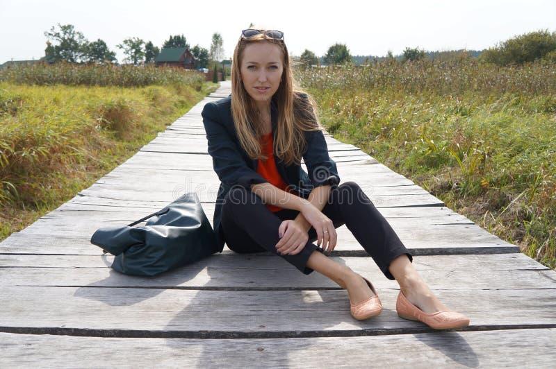 Девушка на деревянном мосте стоковое изображение