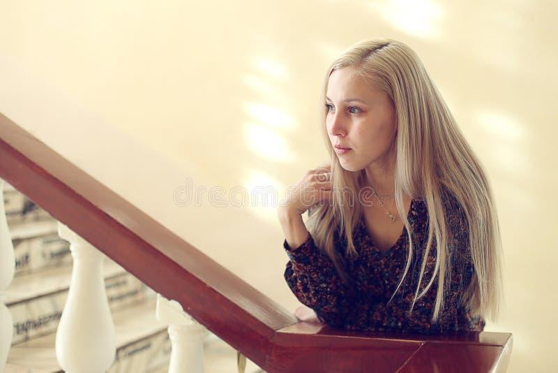 Девушка на лестницах стоковые фото