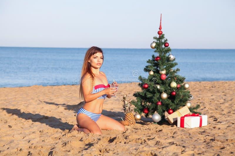 Девушка на каникулах рождества на пляжном комплексе стоковые фотографии rf
