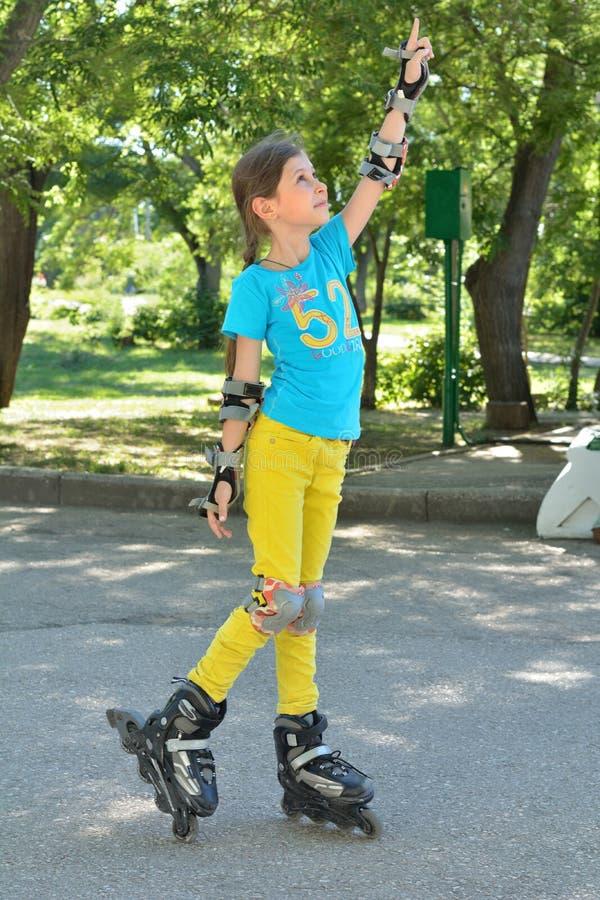 Девушка на коньках ролика стоковые изображения rf