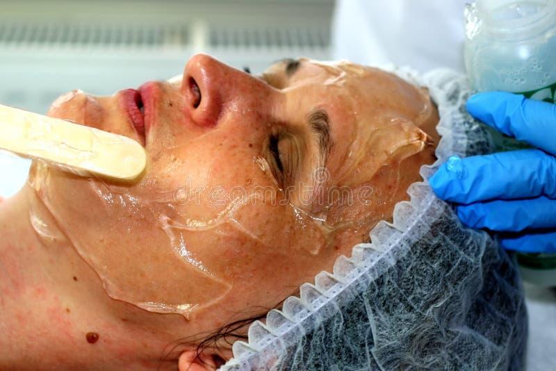 Девушка на косметической процедуре Чистка стороны Частичное подмолаживание Botox Resurfacing лазера стоковое фото rf