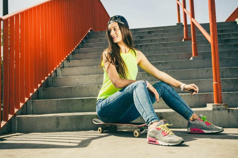 Девушка на лестницах с скейтбордом стоковое изображение rf