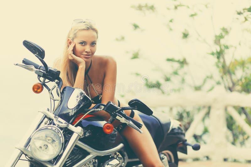 Девушка на мотоцикле - старый ретро фасонируемый t велосипедиста фотомодели стоковое фото