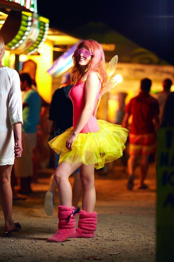 Девушка на музыкальном фестивале, молодежной культуре стоковые изображения