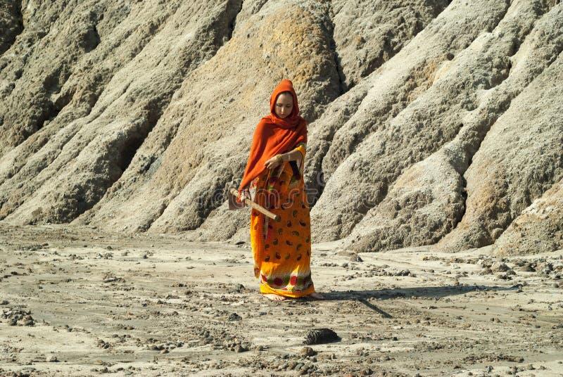 Девушка на непроизводительной земле стоковое изображение rf