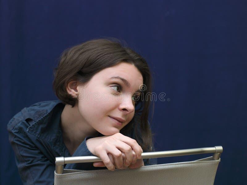 Девушка на отсталом стуле стоковое фото rf