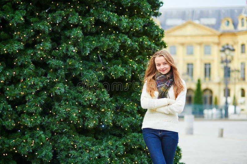 Девушка на парижской улице украшенной для рождества стоковое изображение rf