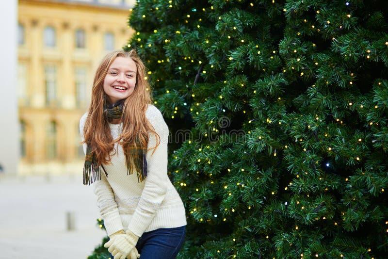 Девушка на парижской улице украшенной для рождества стоковые изображения rf