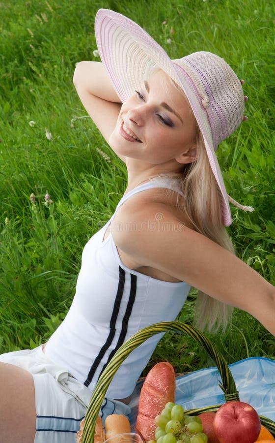 Девушка на пикнике стоковые фотографии rf