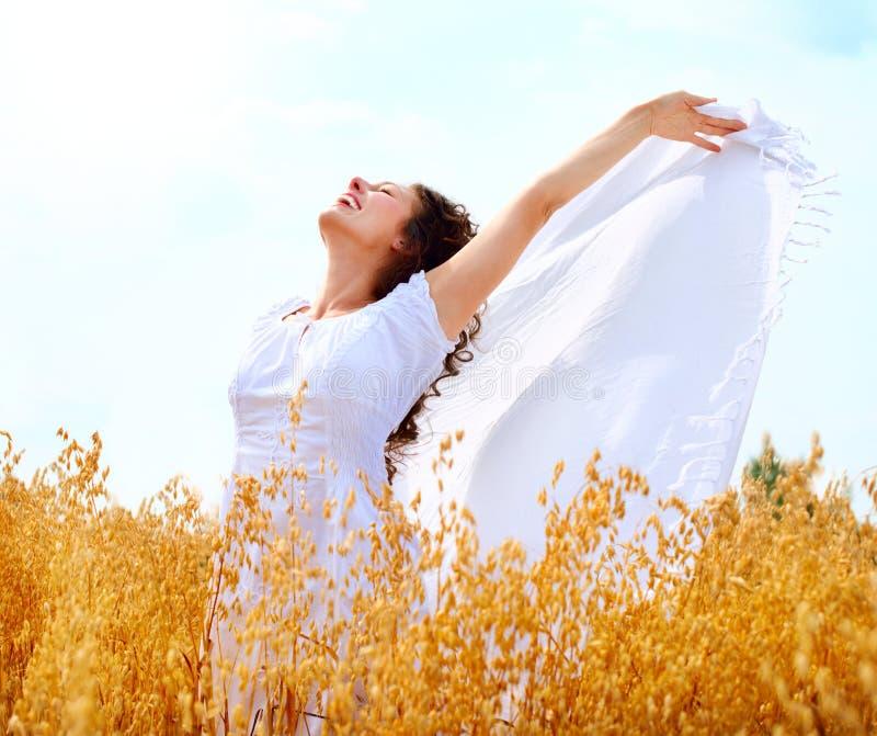 Девушка на поле пшеницы стоковые изображения
