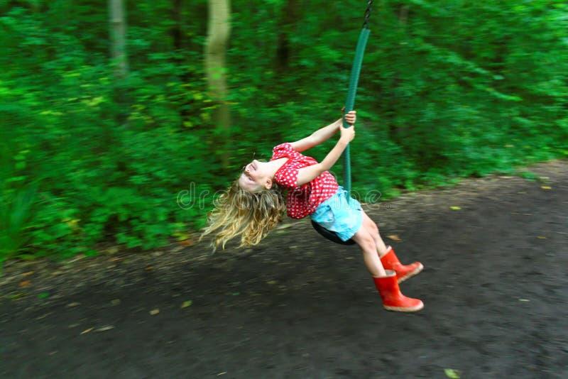 Девушка на проводе застежка-молнии стоковые фото