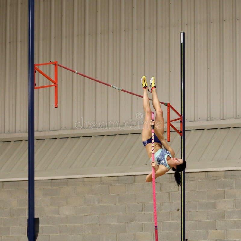 Девушка на прыжке с шестом стоковые фото