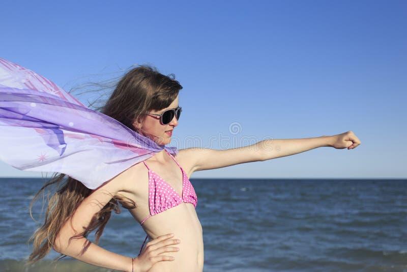 Девушка на пляже наслаждаясь праздником на море стоковые фотографии rf